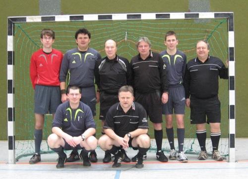 Die Lüneburger Futsal-Debütanten Hinten v. l. n. r.: Morten Brammer (TuS Neetze), Falko Meyer (TuS Barendorf), Ferdinand Strutzberg (TuS Hohnstorf), Manfred Wolff (SV Ilmenau), Christopher Biermann (SV Wendisch Evern), Manfred Kreutz (TuS Reppenstedt); vorne v. l. n. r.: Thorsten Spens, Oliver Vogt (beide SV Eintracht Lüneburg)