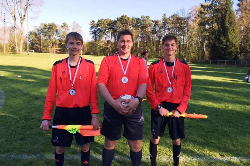 Die SR des Kreispokalfinales: Ray, Ralf und Ron Wilhelm (alle vom TuS Barskamp)