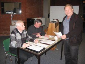 Freude über so viele neue Schiedsrichter bei KSO Manfred Kreutz (re.), während Otto Vogt (li.) und Heinz-G. Hansen die Prüfungsbögen kontrollieren
