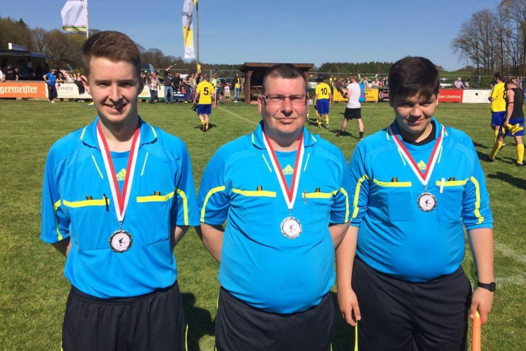 Die SR des Reservepokalfinals: Claas Wiegel (TSV Gellersen), Thorsten Spens (FC Dynamo Lüneburg), Jake Schmidt (TuS Brietlingen)