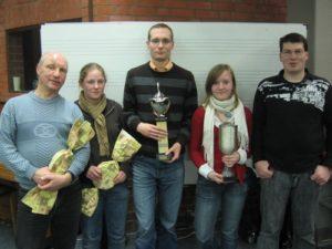 Die Schiedsrichter des Jahres 2008 V. l. n. r.: Siegmund Suchanek (MTV Handorf, Platz 2 Senioren), Sandra Krupop (TuS Reppenstedt, Platz 3 Junioren), Sven Bunsen (Ochtmisser SV, Platz 1 Senioren), Aline Schönsee (SV Eintracht, Platz 1 Junioren), Thorsten Spens (SV Eintracht, Platz 3 Senioren)