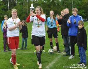 Erfolgreich leitete Celina Böhm (5.v.l.) das Bezirks-Pokal-Endspiel der Frauen im Mai. Foto: Kreiszeitung