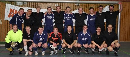 Hatten im fairen Endspiel Spaß und feierten gemeinsam: Das Team Gellersen United und der Schiri-Kreis Lüneburg