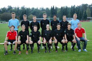 Hinten v. l. n. r.: Fabian Rost (Ochtmisser SV), Claas Wiegel (TSV Gellersen), Jakob Berling (SV Eintracht Lüneburg), Joel Lenzen (MTV Handorf), Mazdak Saberi (TSV Adendorf), Jona Stammwitz (MTV Treubund Lüneburg), Luca-Jan Dierks (VfL Bleckede); vorne v. l. n. r.: Leiter Louis Mourier (SV Eintracht Lüneburg), Nils Hackbarth (TSV Gellersen), Mark Schieck (TSV Adendorf), Celina Böhm (SV Eintracht Lüneburg), Efdal Yasa (MTV Treubund Lüneburg), Malte Thiemann (TSV Gellersen), Leiter Tobias Helwig (FC Heidetal). Es fehlen: Peco Matthies (TSV Bardowick) und Robert Lazo-Garcia (MTV Treubund Lüneburg).